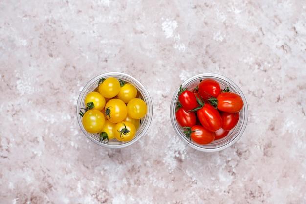 Tomates Cerises De Différentes Couleurs, Tomates Cerises Jaunes Et Rouges Sur Fond Clair Photo gratuit