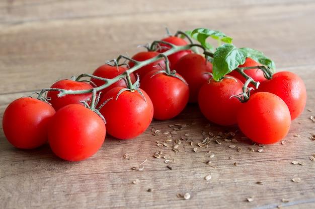 Tomates cerises fraîches sur un fond en bois Photo Premium