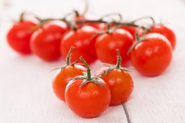 Tomates cerises fraîches sur une surface blanche Photo gratuit