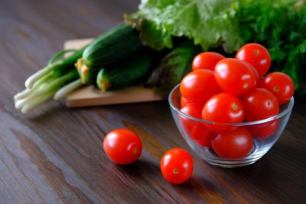 Tomates, Concombres, Salade Verte Et Oignons. Légumes Maison Du Jardin Ou Du Jardin. Photo Premium