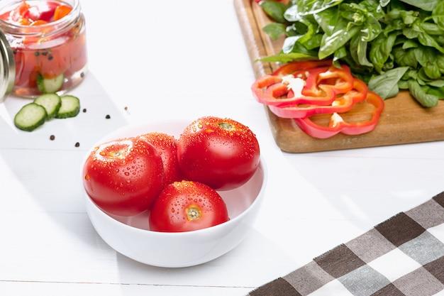 Tomates En Conserve Et Tomates Fraîches Photo gratuit
