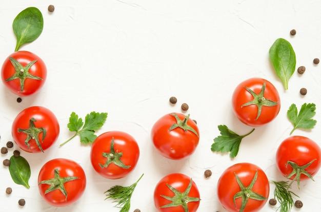 Tomates crues, herbes et poivre noir sur fond de béton clair Photo Premium