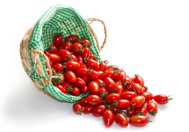 Tomates fraîches dans le panier sur un blanc Photo Premium