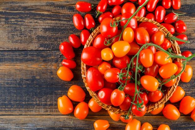 Tomates Fraîches Dans Un Panier En Osier Plat Poser Sur Une Table En Bois Photo gratuit