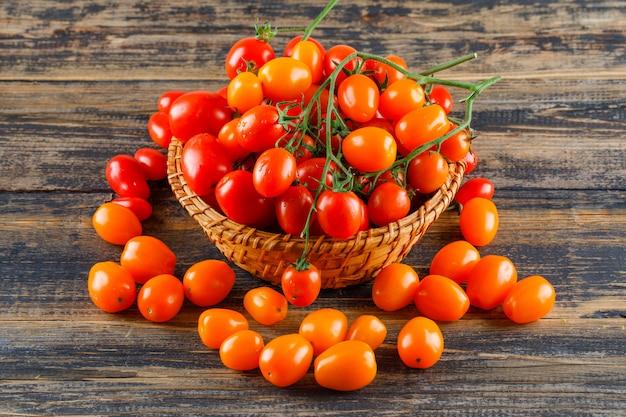Tomates Fraîches Dans Un Panier En Osier Sur Une Table En Bois. Photo gratuit