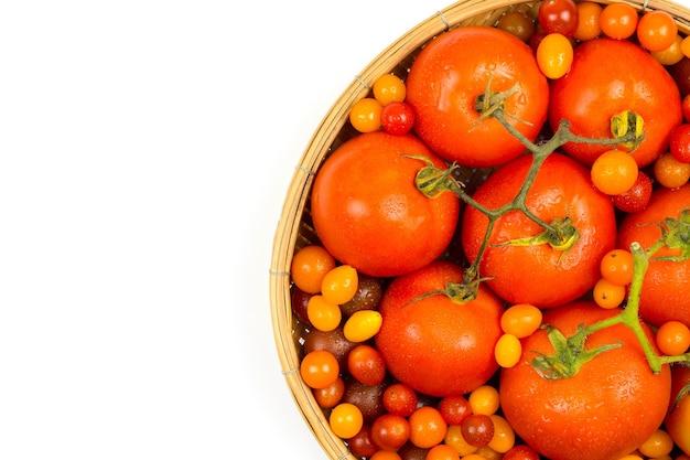 Tomates Fraîches Du Terrain, Placées Dans Un Panier Sur Fond Blanc. Photo Premium