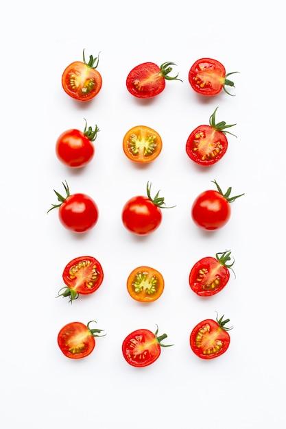 Tomates fraîches, entières et coupées à moitié isolés sur blanc. Photo Premium