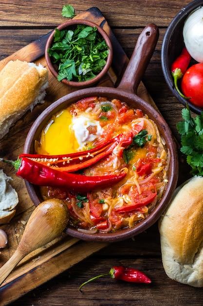 Tomates, Oignons, Piments Frits Avec Des œufs Photo Premium