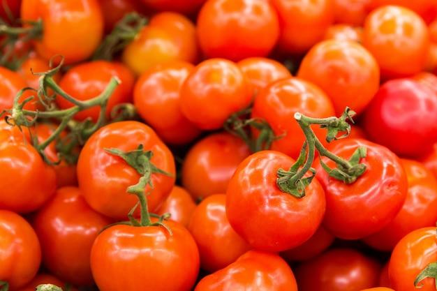 Tomates rouges dans la boutique. texture de tomates Photo Premium
