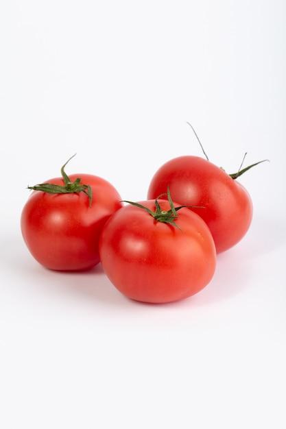 Tomates Rouges Fraîches Mûres Moelleuses Sur Fond Blanc Photo gratuit