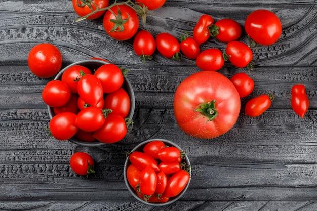 Tomates Rouges En Mini Seaux Sur Mur En Bois Gris, Vue De Dessus. Photo gratuit