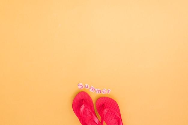 Tongs et mot d'été Photo gratuit