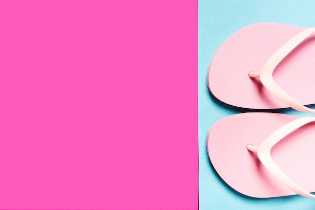 Tongs Roses Sur Une Surface Colorée Photo gratuit