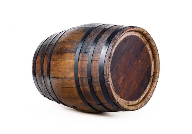 Tonneau en bois avec des anneaux de fer. isolé sur blanc Photo Premium