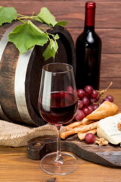 Tonneau en bois à côté de vin et tapa Photo gratuit
