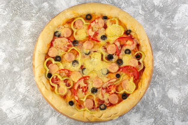 Top Close View Délicieuse Pizza Au Fromage Avec Des Saucisses Aux Olives Et Des Tomates Sur Le Fond Gris Fast-food Italien Pâte Alimentaire Repas Photo gratuit
