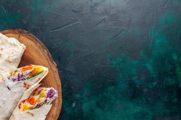 Top Close View Sandwich à La Viande Un Sandwich Fait De Viande Grillée à La Broche En Tranches Sur Un Bureau Bleu Foncé Photo gratuit