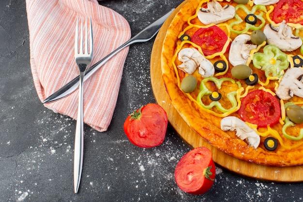 Top Close View Savoureuse Pizza Aux Champignons Avec Des Tomates Rouges Olives Vertes Champignons Avec Des Tomates Fraîches Partout Dans Le Bureau Sombre Pâte à Pizza Cuisine Italienne Photo gratuit