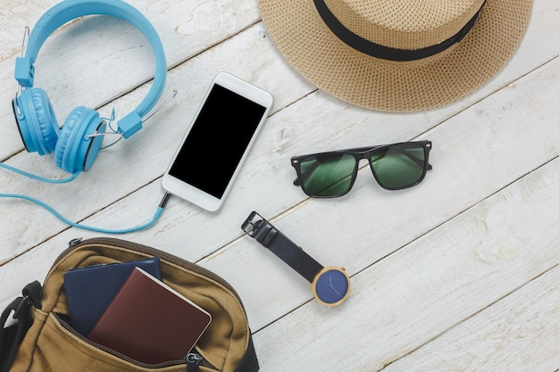 Top view accessoires to travel concept.white liste des téléphones mobiles Photo gratuit