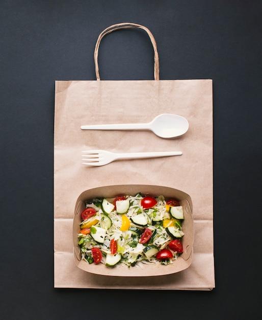 Top view box avec salade sur fond noir Photo gratuit