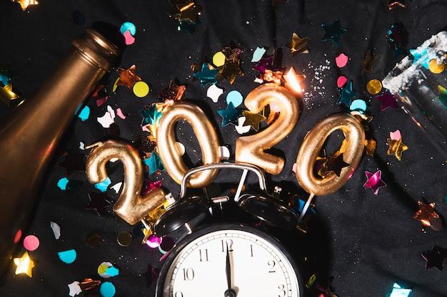 Top View Date Du Nouvel An Avec Des Confettis Photo gratuit