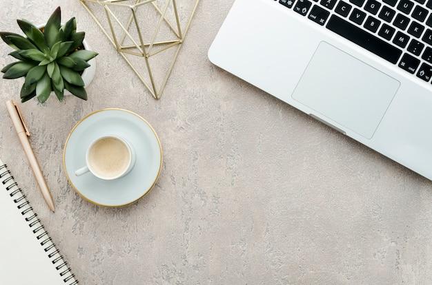 Top view desk avec café, plante et ordinateur portable Photo gratuit
