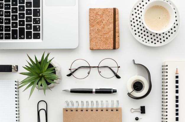 Top view desk avec fournitures de bureau Photo gratuit