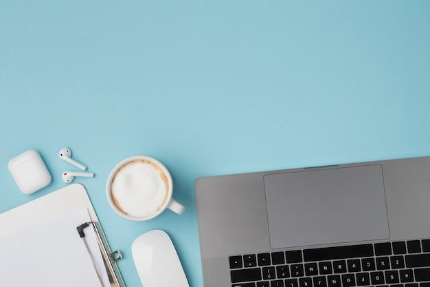 Top view desk avec ordinateur portable et presse-papiers Photo gratuit