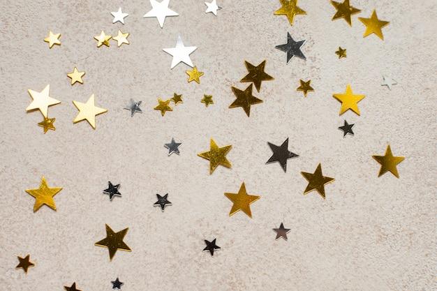 Top View Golden Stars De Différentes Tailles Sur La Table Photo Premium