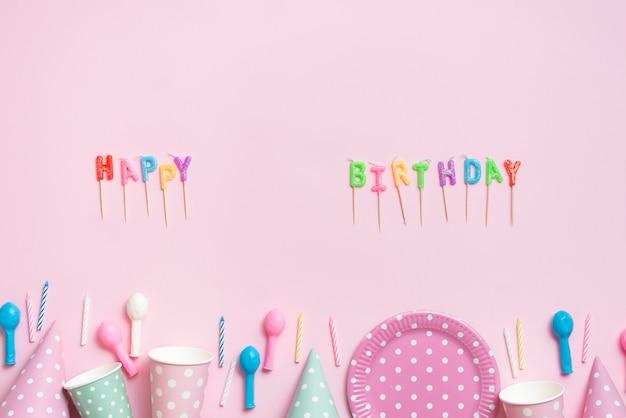 Top view lettres avec des vêtements de table de couleur pastel Photo gratuit