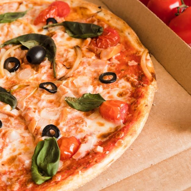 Top view pizza dans une boîte Photo gratuit