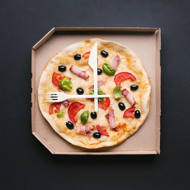 Top view pizza fraîche dans une boîte Photo gratuit