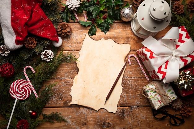 Top view santa claus liste vide Photo gratuit