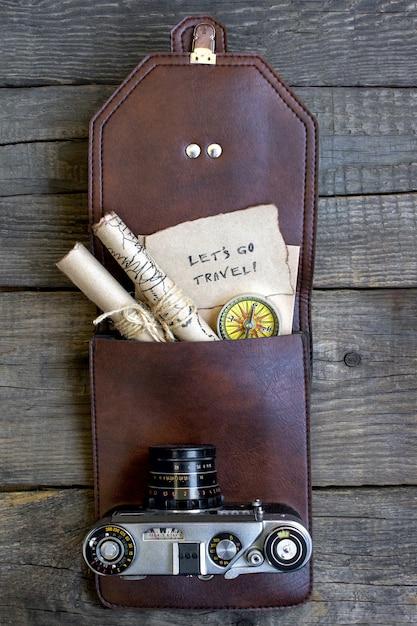 Top voyage en bois fond, sac, appareil photo, carte Photo Premium