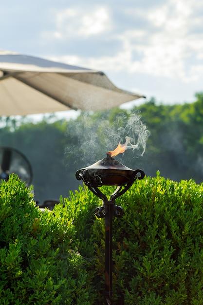 Une torche allumée avec une grande flamme orange. Photo Premium