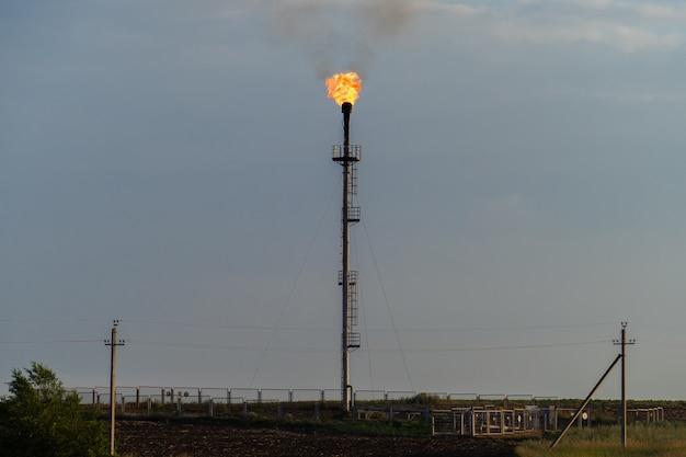 Torche à gaz de raffinerie contre le ciel gris Photo Premium