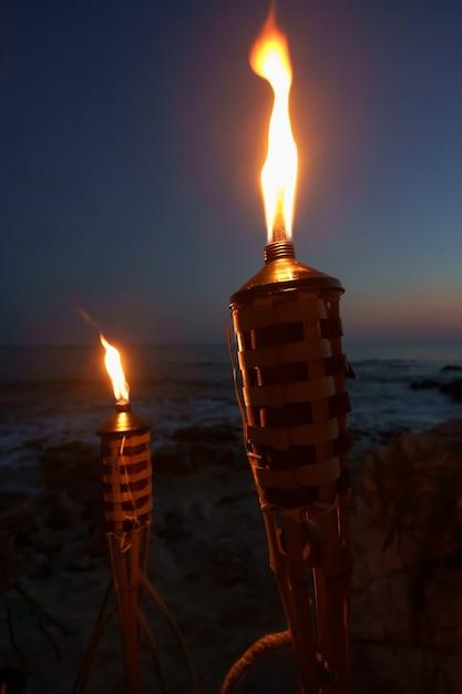 Torches La Nuit Avec Des Flammes Jaunes Et Des Reflets Photo gratuit