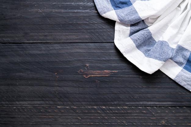 Torchon de cuisine (serviette) sur fond de bois Photo Premium