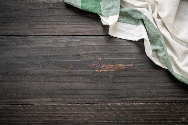 Torchon de cuisine (serviette de table) sur fond de bois Photo Premium