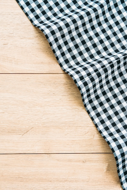 Torchon de cuisine sur la table en bois Photo gratuit