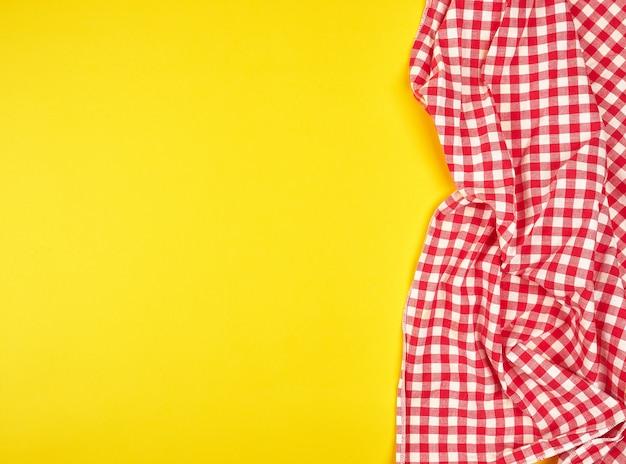 Torchon rouge dans une cage sur fond jaune Photo Premium
