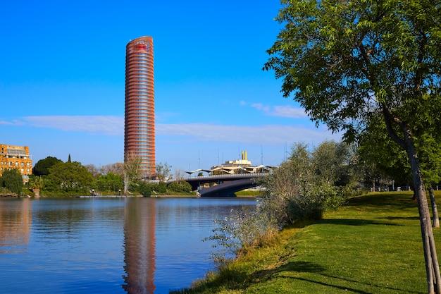 Torre de sevilla et puente cachorro seville Photo Premium