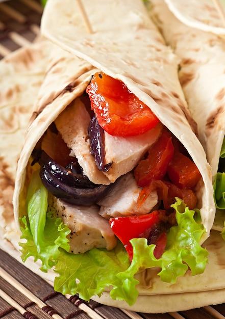 Tortilla Au Poulet Et Poivrons Photo gratuit