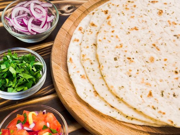 Tortilla avec mélange d'ingrédients Photo gratuit