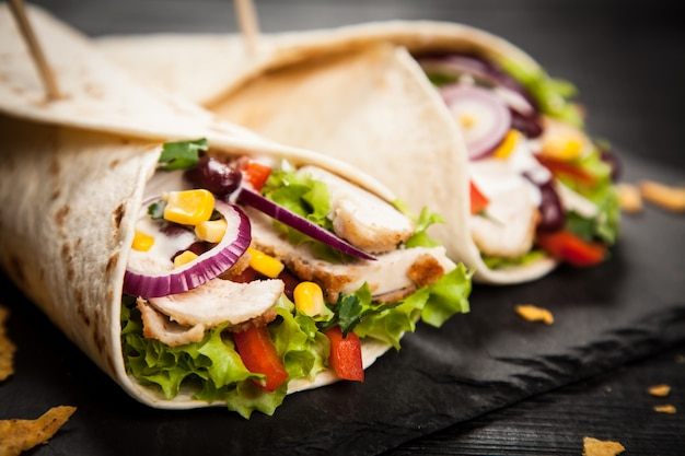 Tortilla avec un mélange d'ingrédients Photo Premium