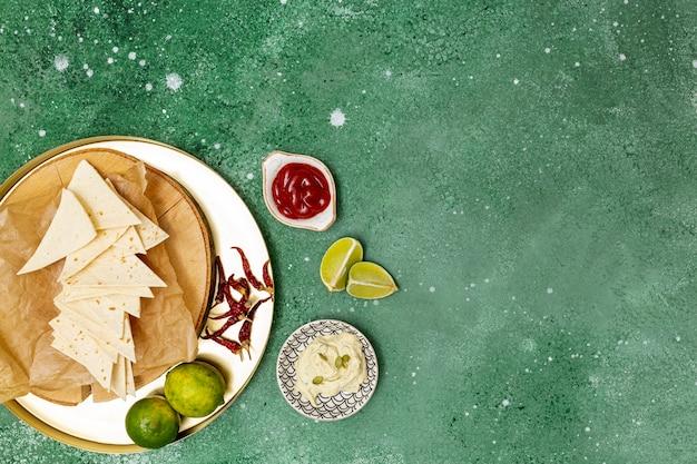 Tortilla Traditionnelle Avec Trempettes Et Piment Photo gratuit