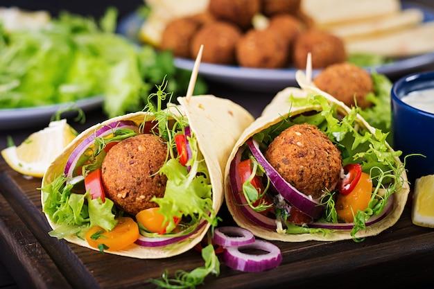Tortilla wrap avec falafel et salade fraîche. Photo Premium