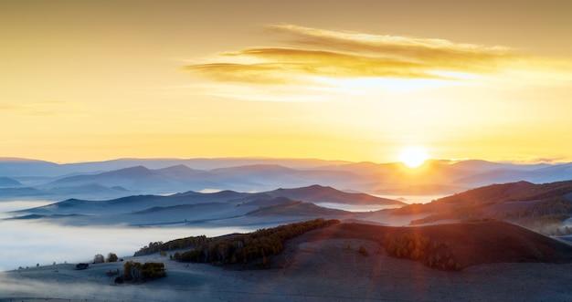 Tôt le matin en montagne Photo Premium