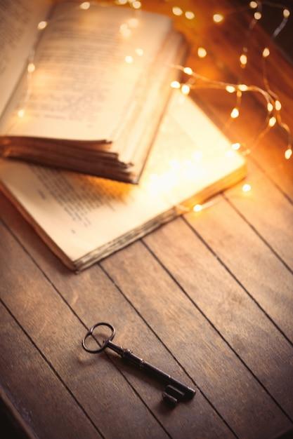 Touche vintage et vieux livres sur une table en bois Photo Premium