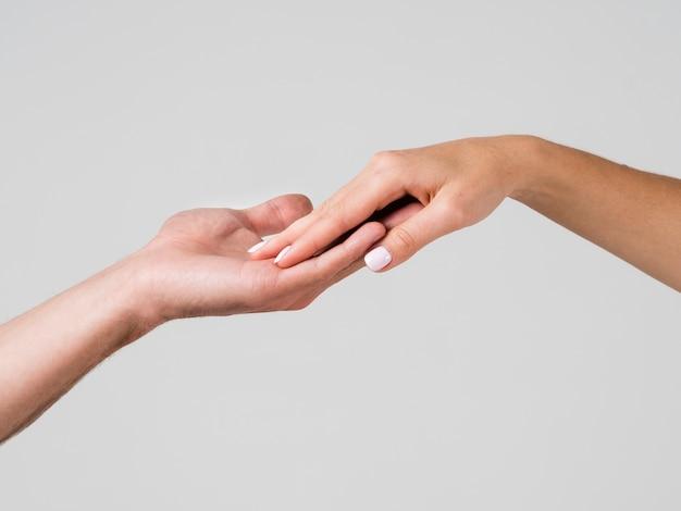 Toucher de la main pour la saint valentin Photo gratuit